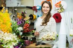 Verkäufer, der hilft, Blumen auszuwählen Stockbild
