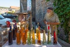 Verkäufer, der lokalen Wein und Alkohol in Kroatien, Straßenansicht verkauft Stockbilder