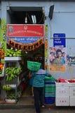Verkäufer, der Obst und Gemüse in wenigem Indien Singapur verkauft Stockbilder