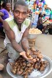 Verkäufer der riesigen Schnecken auf afrikanischem Markt lizenzfreie stockfotos