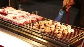 Verkäufer, der Rindfleisch mit Lötlampe bei Lehua Night Market im Yonghe-Bezirk kocht stock video