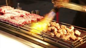 Verkäufer, der Rindfleisch mit Lötlampe bei Lehua Night Market im Yonghe-Bezirk kocht stock video footage