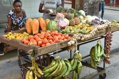 Verkäufer des Gemüses auf Straße in altem Havana lizenzfreies stockfoto