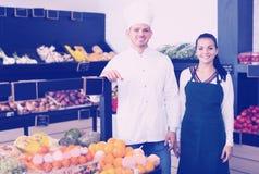 Verkäufer, die Zusammenstellung des Lebensmittelgeschäfts anzeigen Stockfoto