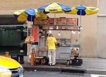 Verkäufer-Energie! Straßen-Lebensmittel-Verkäufer, NYC, NY, USA Stockfotografie