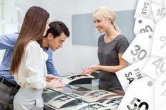 Verkäufer hilft Paaren, um Schmuck im Verkauf vorzuwählen stockfotos