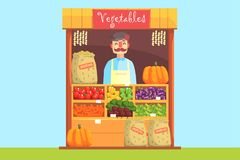 Verkäufer hinter Markt-Zähler mit Zusammenstellung des Gemüses Lizenzfreies Stockbild