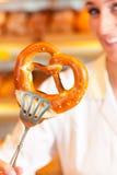 Verkäufer ist Verpackungsbrot in der Bäckerei Lizenzfreies Stockfoto