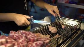Verkäufer 4k, der Rindfleisch zu den Stückchen schneidet und im Nachtmarkt Taipeh kocht stock video footage