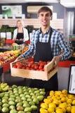 Verkäufer mit Früchten und Veggies Lizenzfreie Stockbilder
