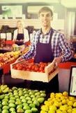 Verkäufer mit Früchten und Veggies Stockfotografie