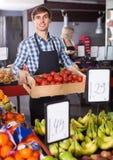 Verkäufer mit Früchten und Veggies Lizenzfreies Stockbild