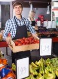 Verkäufer mit Früchten und Veggies Lizenzfreies Stockfoto