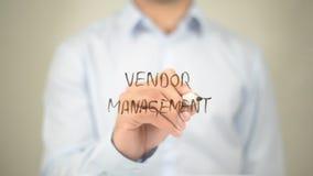 Verkäufer Relaitionship-Management, Mann-Schreiben auf transparentem Schirm Lizenzfreie Stockfotografie