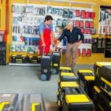 Verkäufer Showing Tool Cases zum Kunden im Speicher Stockfoto