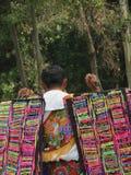 Verkäufer trägt bunte Armbänder für Verkauf lizenzfreie stockfotografie