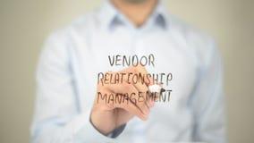 Verkäufer-Verhältnis-Management, Mann-Schreiben auf transparentem Schirm Stockbild