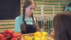 Verkäufer verständigt sich mit Käufer, spricht über Pfeffer im Gemüseshop stock video