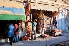 Verkäufer von Andenken und von Teppichen öffnet seinen Shop für Käufer im Iran Stockbilder