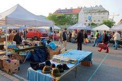 Verkäufer von zweite Handeinzelteilen breiteten Waren auf dem Markt aus Stockbilder