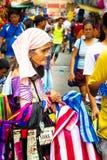 Verkäuferdame, die Taschen in Manilas Divisoria-Markt verkauft Lizenzfreie Stockfotografie