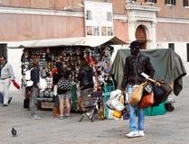 Verkäuferfälschung brannte die Taschen ein, die Taschen auf dem venetianischen Damm verkaufen Stockbild