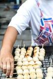 Verkäufergrillschweinefleisch-Fleischklöschentoast auf dem Grill Stockfotografie