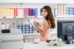 Verkäuferin-With Clipboard Taking-Erzeugnis-Inventar im Markt Lizenzfreies Stockfoto