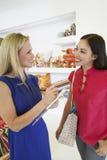 Verkäuferin-Communicating With Female-Kunde im Speicher lizenzfreies stockfoto