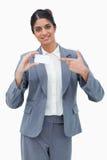 Verkäuferin, die auf leere Visitenkarte zeigt Stockbilder