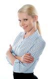 Verkäuferin, die in der Art, Arm-gefaltet aufwirft stockfotos
