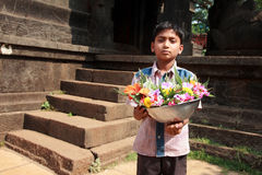 Verkäuferverkaufsblumen vor einem Tempel Stockfotografie