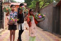 Verkäuferverkaufsblumen vor einem Tempel Lizenzfreies Stockfoto