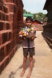Verkäuferverkaufsblumen vor einem Tempel Lizenzfreie Stockfotos
