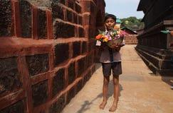 Verkäuferverkaufsblumen vor einem Tempel Lizenzfreie Stockfotografie