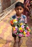 Verkäuferverkaufsblumen vor einem Tempel Lizenzfreies Stockbild