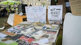 Verkündet und die Fahnen, die gesehen werden während 'Nuit Debout' stock video