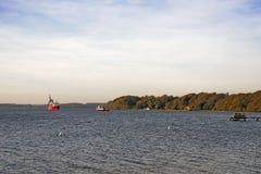 Verkabeln Sie Schiffs- und Schlepperboot im Meer Stockfoto