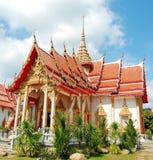 Överkant av buddistiska tempel i Phuket, Thailand Royaltyfria Foton