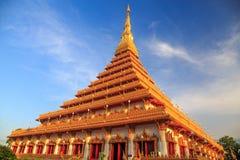 Överkant av den guld- pagoden på den thailändska templet, Khon Kaen Thailand Arkivbilder