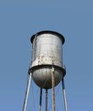 Överkant av gammalmodigt ett isolerat vattentorn Arkivbilder