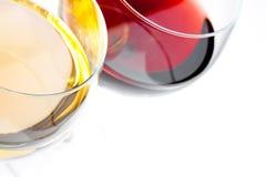 Överkant av sikten av exponeringsglas för rött och vitt vin med utrymme för text Arkivbild