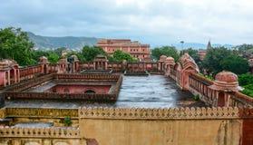 Överkant av tegelstenbyggnaden i Jaipur, Indien Royaltyfria Bilder