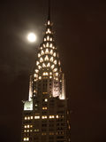 överkant för byggnadschrysler natt Arkivfoto