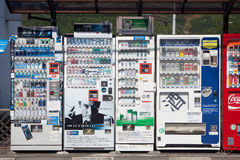 Verkaufäutomaten draußen in Japan Lizenzfreie Stockfotos
