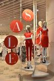 Verkauf in der Abteilung der Kleidungs der Frauen Lizenzfreies Stockbild