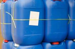 Verkauf der blauen Plastikgallone Stockbild