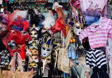 Verkauf der bunten Karneval facemasks in Venedig lizenzfreies stockfoto