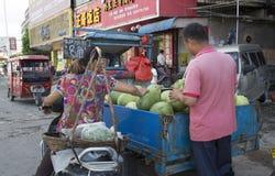 Verkauf der frischen Früchte Stockbilder