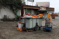 Verkauf der Frucht auf der Straße Stockfotos